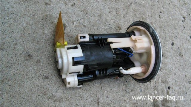 Замена топливного фильтра Mitsubishi Lancer 9 (5)