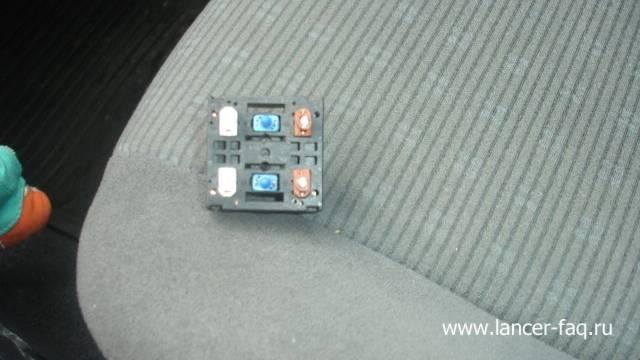 Замена ламп у кнопок подогрева сидений (4)
