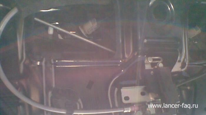 Замена ламп освещения номерного знака Mitsubishi Lancer 9 (2)