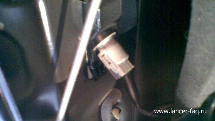 Замена ламп освещения номерного знака Mitsubishi Lancer 9 (3)