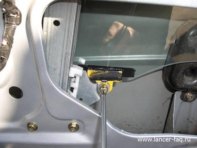 Замена стекла передней двери Lancer IX (8)