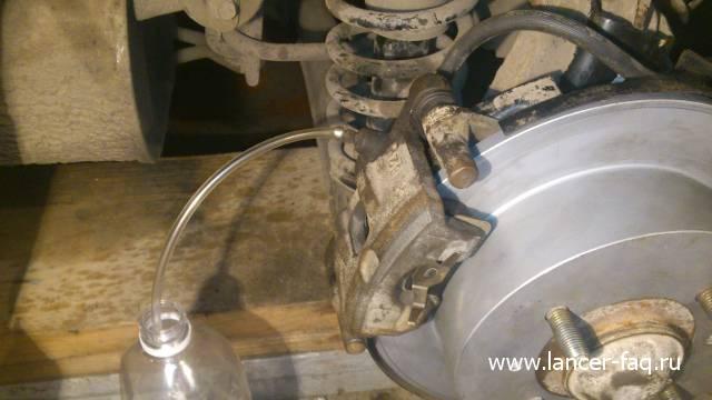Замена тормозной жидкости Mitsubishi Lancer IX
